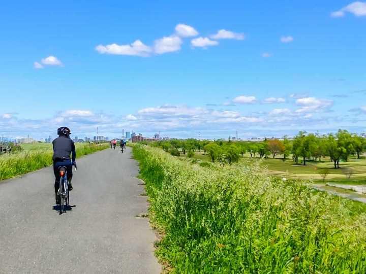 自転車に乗っている風景